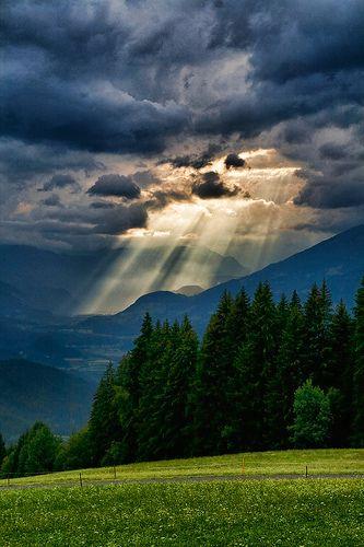 Tôi ngước mắt nhìn lên rặng núi, ơn phù trợ tôi đến tự nơi nao
